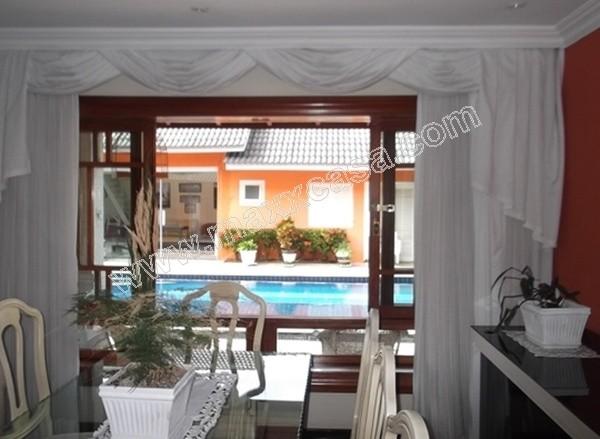 Sala de jantar com vista para piscina